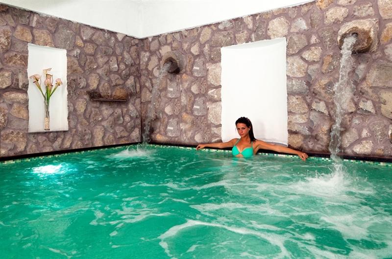 Piscine acqua piscina esterna piscina interna massaggi - Hotel con piscine termali all aperto ...